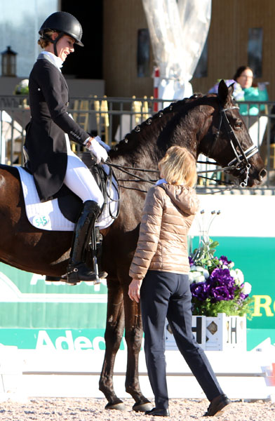 Isobel Wessels informing Caroline Roffman on Her Highness O that the pair were eliminated from the World Cup Grad Prix when the horse had blood onher mouth. © 2014 Ken Braddick/dressage-news.com