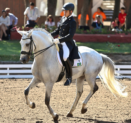 João Victor Marcari Oliva and Xamã dos Pinhais competing in the South American Games individual medal final.