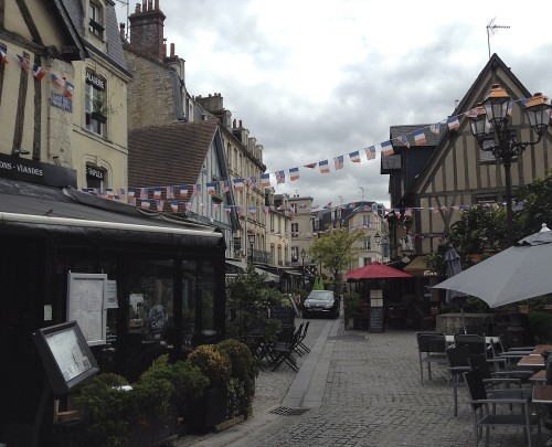 A cluster of delightful restaurants on the Rue Du Vaugueux was THE place to run into people you knew ©Ilse Schwarz dressage-news.com