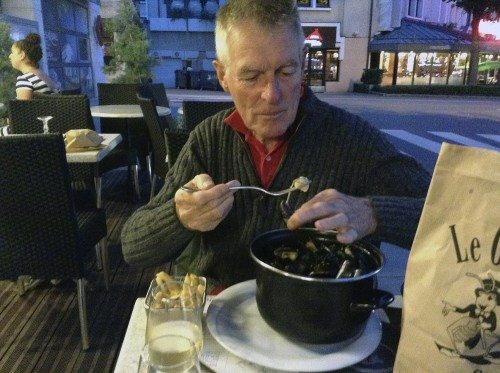 "Editor of Dressage-news, Ken Braddick, tucks into a steaming pot of mussels cooked ""Classique"", with white wine, garlic and butter...so good we came back for a second sitting ©iIse Schwarz dressage-news.com"