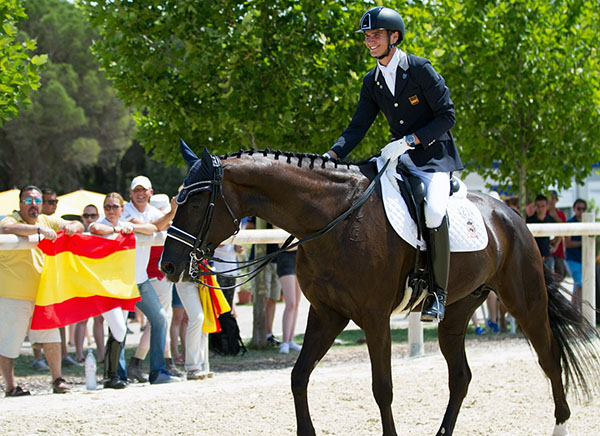 Juan Matute, Jr. on Dhannie Ymas at the European Championships.